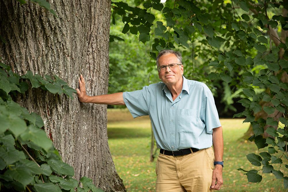 Gerhard Wallner im weitläufigen Parkareal des Geländes. © Anja Grundböck
