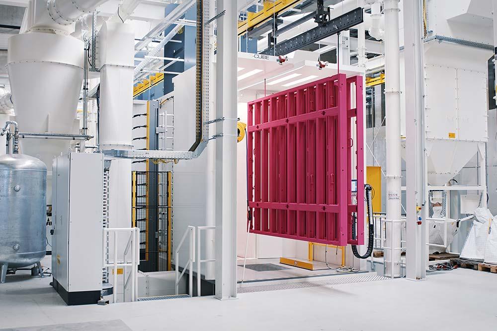 Große Rahmenschalungen immer gefragter: Mit der neuen Anlage können in Kürze alle Rahmengrößen pulverbeschichtet werden. Foto: Pulverbeschichtungsanlage_03.jpg Copyright: Doka