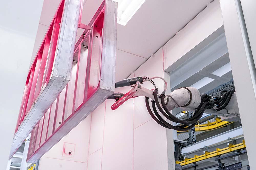 Automatisch, digital und flexibel: Die neue Pulverbeschichtungsanlage wählt je nach Anforderung die passende Pulveraufbringungsart, etwa die Roboterhand. Foto: Pulverbeschichtungsanlage_04.jpg Copyright: Doka
